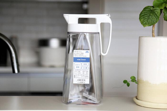 ホワイトのフタが清潔感たっぷりの「イオン」の「ワンプッシュピッチャー 」。容量:2.2Lもある、サイズ:16.1×10.2×28.5cmの大きめピッチャーは、ロック機能もついているので、ロックをすれば冷蔵庫内で横置きもできます。