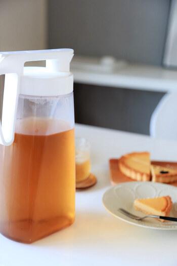 本体はAS樹脂製の耐熱製の冷水筒なので、熱いお茶をそのまま注いでおくことが可能です。また注いだ後、液垂れもないので、白いテーブルやテーブルクロスの上で使用しても安心です。