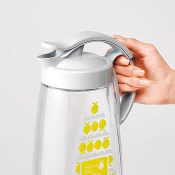 大きめサイズの使いやすいピッチャー。注ぎ口はスライド式で親指で楽々スライド可能なので、片手で開閉できます。耐熱性もあるので熱湯を注ぐことができて、レモン柄のさわやかなプリントに、ライトグレーのふたがクールなオリジナルデザインは、そのまま食卓に置いても素敵。