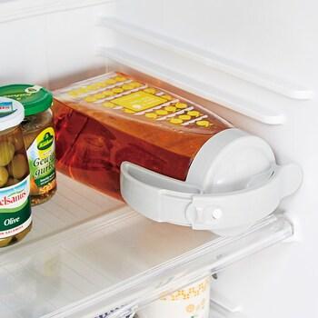 口径約8.5×高さ29.5×幅約15.5cm(持ち手含む)で約2.2Lの大容量なので、家族みんなのお茶をたっぷり作っておけます。しかも冷蔵庫のドアポケットにもスッキリ収納できるサイズで、横置きも可能。