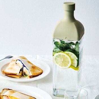 9×9×高さ32cm(ふた含む)と、見た目がスリムながら容量は約1.2Lもある角型のスタイリッシュなピッチャーボトル。とくに夏はテーブルに出しても絵になるボトルは大活躍してくれます。