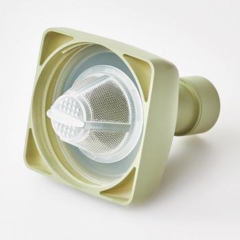 樹脂製で耐熱性に優れているうえにフィルターも付いているので、茶こしいらずで飲み物を作れてとっても便利。口径部分は約8.5cmで注ぎやすく、フタの部分は分解できるので衛生面も安心です。
