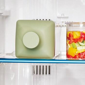 横置き保存もでき、冷蔵庫内にスッキリ収まります。オシャレなキャップは冷蔵庫内でも目立つので、すぐにどこにあるかわかって便利。しかも角形なので転がらないので、食卓やキッチンで横置きでの使用も可能です。