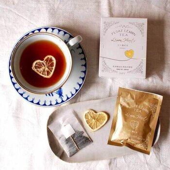 袋の中には、茶葉とドライレモンのスライスがセットで入っています。紅茶を抽出したら、スライスレモンをそっと浮かべて香りを楽しみましょう。香料に頼らない力強いレモンの香りでリフレッシュできそうです。ちなみにレモンのハート型の秘密は、筒に入れて育てたから。手間暇かかっていて、贈り物にも良さそうです。