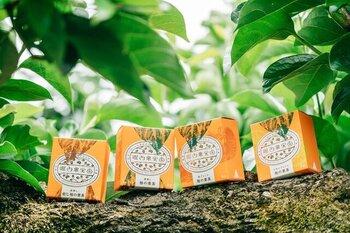 柿の葉茶専用に栽培した葉を使って、日本茶の製法を用いて飲みやすく栄養豊かに作られました。ほんのりと酸味や香ばしさのある飲みやすいお茶です。カフェインレスだから、体調を気にせずに飲めるのもポイントです。