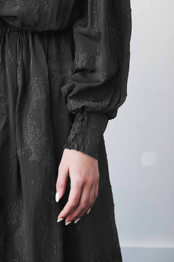 袖口まで気を抜かない繊細なデザイン。程よいボリューム袖でトレンドを抑えつつも大人っぽく。ヴィンテージ感あふれるダークグレーが肌の色を綺麗に引き立ててくれますよ。