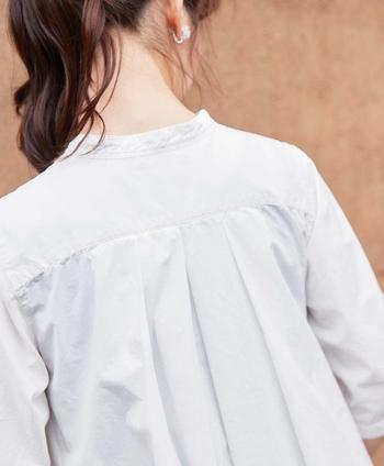 背中部分の切り替えのデザインが可愛らしく、そこから裾までタックがスラリとのびて広がりたっぷりフレアに。ベルトでウエストマークするとオケージョンシーンでも使えるようなまた違った雰囲気に。