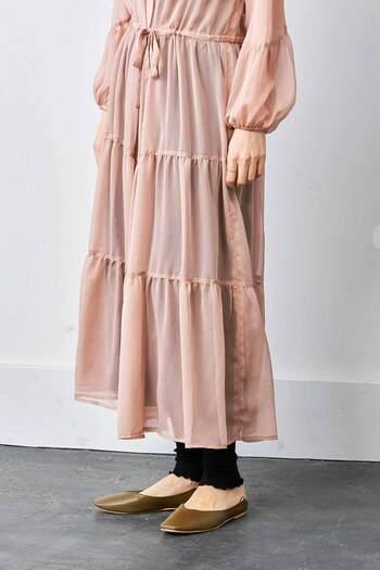 美しいティアードデザインと、切り替え部分が特徴的なバルーン袖。ヴィンテージライクなこだわりが散りばめられた特別な一着。たまには憧れのお姫様気分で洋服を楽しむのも良いかも。