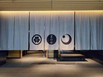 星のや東京では、おひとり様でも宿泊しやすい「シングルユースプラン」があり、ワーケーション利用としても推薦されています。  お料理はダイニングでフルコースを楽しんだり、お部屋でプライベートに楽しむのも◎  自分へのご褒美も兼ねて、利用してみるのはいかがでしょうか。