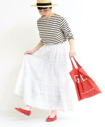 赤の差し色が効いたキュートなフレンチスタイルもおすすめ。より甘さを抑えたいときにはサコッシュやキャップなどのスポーティーなアイテムを合わせたり、靴下をプラスするだけで大人っぽくなりますよ。