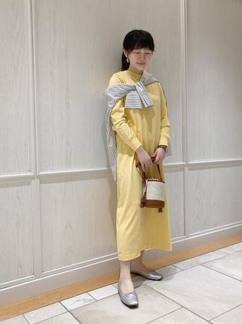 シルバーの中でも落ち着いた光沢感のものを選べば、カラーアイテムを合わせても派手見えせずに洗練された印象に。ドレッシーな装いとも合うのでドレスコードがあるようなシーンでも大活躍しそうです。