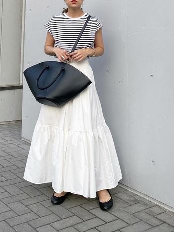 Aラインが可愛いティアードスカートが印象的なコーデに黒のアイテムを合わせることで、コーデがぐっと引き締まりますね。可愛いのに甘すぎることなく大人っぽいモノトーンコーデを楽します。