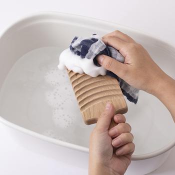 ハンカチや靴下、下着など、小さな洗濯ができる洗濯板。このサイズなら、お風呂に入りながら簡単に小物の洗濯も済ませることができますね。また、キッチンに置いてふきんを洗うのに使うのもおすすめ。国産山桜の無垢材を使っています。