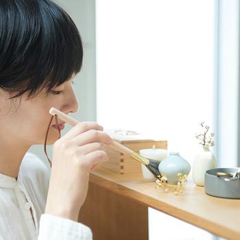 仏具を掃除する筆に着想を得たお掃除筆。広島県熊野町の筆メーカーの製造。柔らかで繊細な山羊毛を使い、小さな筆サイズに仕上げていますので、小物掃除などに小回りがききます。