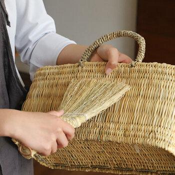 ソルガムホウキは、卓上や階段をささっと掃いたり、食べこぼしなどのちょこっと掃除はもちろん、写真のようにかごなどの編み目ののホコリ取りにも重宝します。ループ付きなので、好きな場所に掛けてられますよ。