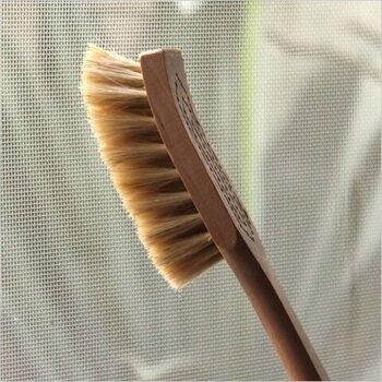 「イリス・ハントバーク」の網戸ブラシは、北欧の木を使ったぬくもりある風合いが魅力。ブラシ部分は、馬毛とタンピファイバーを合わせており、硬い毛なので網戸掃除に適しています。気づいたときにさっとブラシをかけるだけで汚れが蓄積しないのがいいですね。