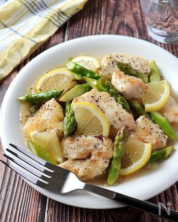 鶏胸肉とアスパラのペッパーレモンマヨ炒めです。  淡泊な鶏胸肉には、ニンニク+マヨネーズでこっくりとした旨みをプラス。レモンのさっぱり爽やかな風味で、軽やかに仕上げています。鶏胸肉はそぎ切りにすることで、繊維を短く断ち切って、やわらかくなり、食べやすさもアップ!