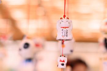 こちらは愛知県の瀬戸焼風鈴。猫などの可愛らしいデザインが人気です。ほのぼのとした表情の招き猫に癒されますね。