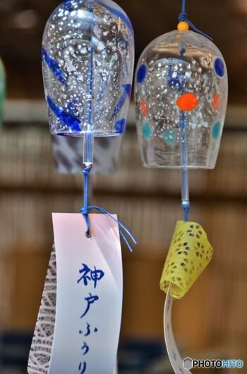 こちらは神戸風鈴。竿から息を吹き込んでガラスを成型する宙吹きという技法を用いて作られた、温もりが感じられる風鈴。ぷくぷくとした気泡も味わいがあっていいですね。さまざまな風鈴との出合えるのが川崎大師の風鈴市の魅力です。