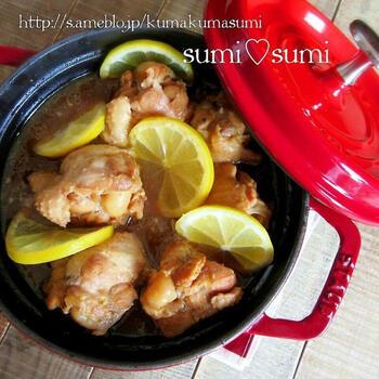 鶏手羽を2個分のレモンで煮た爽やかなはちみつレモン煮です。  細かく切ったレモンとスライス状のレモン、2種類を使うことで効率よく味を全体に行き渡らせます。煮汁を軽く煮立たせ、鶏手羽を投入したら、後はじっくり煮込むだけの簡単レシピ。  火を止めた後に追いレモンすることで、酸味もしっかり。スライスレモンのかたちも色合いもきれいで、見た目がとても華やかですね。