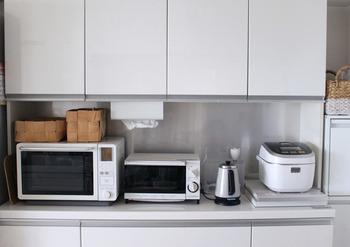 炊飯器の横にレンジ、トースター、電気ポットを並べて置けるのは、ワイドタイプの収納棚ならでは。作業にちょうどいい高さで、使い勝手のよさはピカイチです。