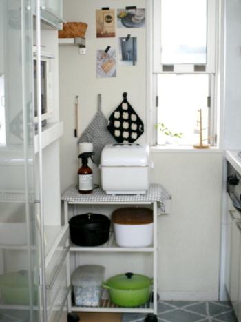 小ぶりなオープンワゴンを炊飯器収納に活用したアイディア。キッチン端のちょっとしたスペースにぴったり。炊飯器を最上段に置けば、蒸気もうまく逃がせます。