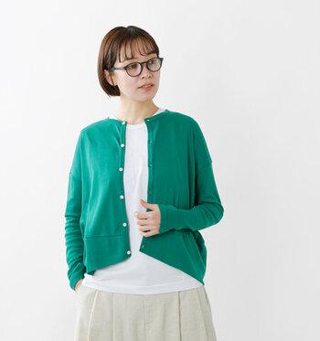 爽やかで知的な印象のグリーンは、きちんと感のあるスタイルにおすすめのカラー。リネンやコットンといったナチュラル素材とも相性がよく、コーディネート全体を優しい雰囲気にまとめてくれます。甘すぎずマニッシュすぎず、どんなスタイルにも合わせやすいですよ。