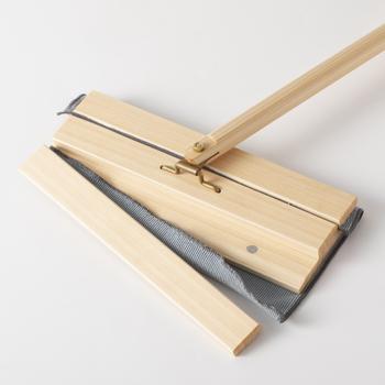 上面パネルと本体の間に磁石でシートを挟み込む構造。市販のシートもOKです。洗剤いらずのクロスなども挟める厚さであれば使えます。