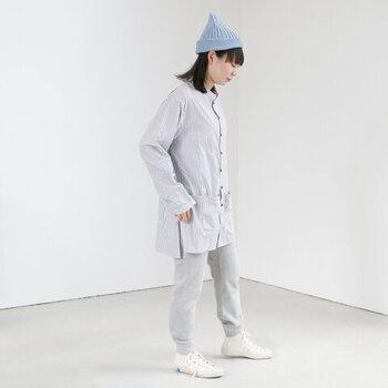 爽やかなブルーの帽子がアクセントになったコーディネートです。見た目にも涼しげなコットン素材の帽子は、夏らしい明るいカラーで取り入れるのがおすすめ。コンパクトなシルエットながら、カジュアルな装いに華やかさを添えてくれますね。