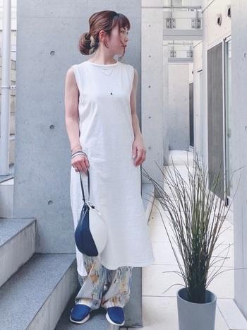 スニーカーとバッグで差し色を取り入れた爽やかなパンツスタイルです。明るいトーンの全身を足元のブルーで程よく引き締めていますね。ロング丈のワンピースにワイドパンツを合わせたのもおしゃれ!