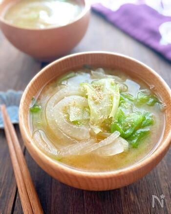 """生で食べることの多いレタスも、お味噌汁の立派な具材になります。レタスは加熱すると、鮮やかな緑色になるので、食卓に彩りを添えてくれますよ。普段は捨ててしまいがちな""""外葉""""も美味しくいただくことができるので、ぜひ試してみてくださいね。"""