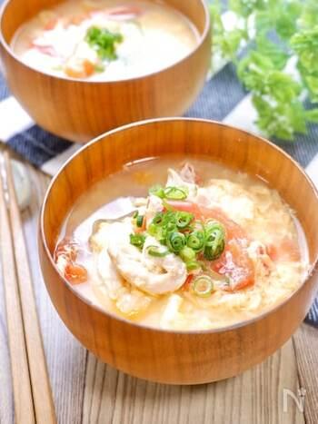 トマトの旨味と酸味が味噌とマッチ!ヘルシーなささみと栄養満点のたまごを合わせた、ボリューミーなお味噌汁です。和食のお供にはもちろん、スープ感覚でいただけるので、さまざまな料理に合わせてみてくださいね。