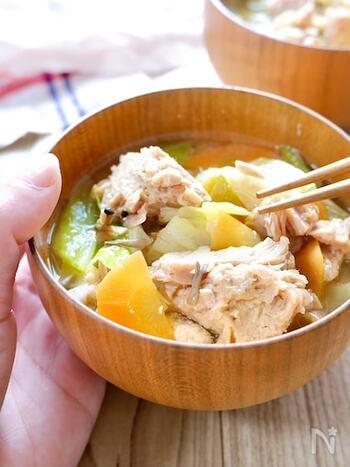 数種類の野菜をたっぷりと使った具だくさんな味噌汁にツナを加えた、おかず感のあるお味噌汁レシピです。ツナは、チャンクタイプのものを選ぶと、食べごたえがありますよ。