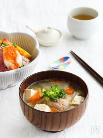 骨まで美味しく食べられるサバ缶を使えば、本格的なアラ汁風のお味噌汁が簡単に作れます。サバ缶は汁ごと使うので、旨味たっぷり!お好みで七味唐辛子をさっと一振りして召し上がれ。