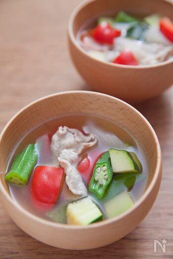 夏野菜を代表するオクラやズッキーニ、パプリカなどを使ったカラフルなお味噌汁は、食卓に華やかな彩りを添えてくれます。豚肉が入っているので、見た目以上に食べごたえもありますよ。野菜の食感を損なわないよう、湯で時間は短めにしてみて。