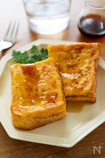 フレンチトーストは、卵液に長時間浸しておかないといけないイメージがありますよね。でも、こちらのレシピなら片面5分ずつ浸すだけでも美味しく作ることができますよ。シナモンの香り高いフレンチトーストに、メープルシロップをたっぷりかければ、至福のひとときを過ごせます!  調理時間:15分