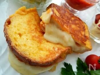 モンティクリストとは、ハムとチーズを挟んで作ったクロックムッシュを卵液に浸し、フライパンで焼き上げた料理です。表面はカリッと中はとろ〜りで、リッチな味わいが楽しめます。ボリュームたっぷりなので、ブランチにもぴったりですよ!  調理時間:10分