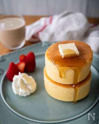 有名なカフェのメニューである、スフレパンケーキをイメージして作られたレシピ。おうちで、朝からふわふわのパンケーキが食べられたら、嬉しいですよね!ケーキ生地はホットケーキミックス、焼き型は牛乳パックで簡単に作れるので、ぜひ挑戦してみてくださいね!  調理時間:30分