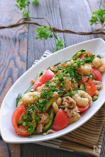 海老とお肉に先に火を通してから、ポリ袋の中でマリネして作るおかずの様なサラダの様なヘルシーなのにボリュームたっぷりの嬉しいレシピ。ちょっと食欲がない日にでも、食べやすくて栄養価が高いので◎ですね。