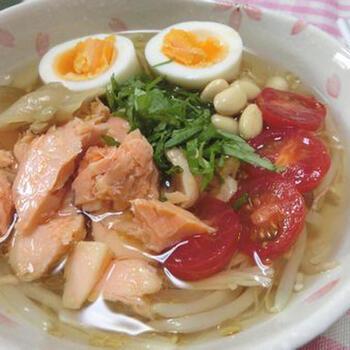 麺の代わりにもやしとエノキを入れた冷麺風スープ。食べ応えのある野菜とキノコに、焼鮭の旨味がたっぷりとスープに浸っています。サイドメニューやダイエット中のメニューにおすすめです。