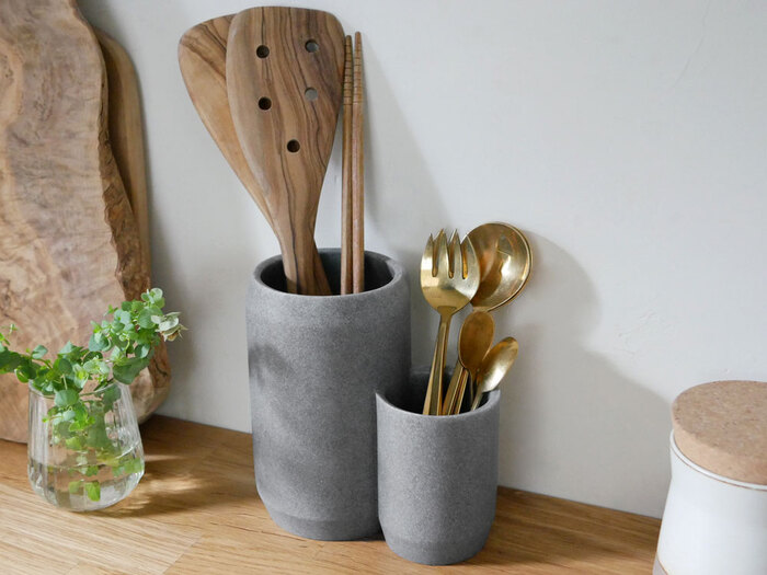 まるで似たもの親子のような可愛らしいツールスタンド。菜箸のような背の高いものから、小さめのスプーンまで収納でき、キッチン周りのものをざっくりと仕分けしたいという方におすすめのアイテムです。天然素材の石材を使っているので、見た目がシックなのも◎