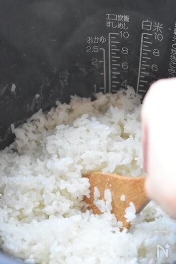 いつもの白米にもち米を混ぜて炊くと、もち米の甘さや食感がプラスされていつもよりちょっぴり贅沢でおいしい味わいに。炊飯スイッチを押す前に塩をひとふりするのがポイントです。