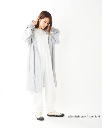 憂鬱な雨の日をポジティブに過ごせるようにとのコンセプトを持った、北欧ブランドのレインコートです。 明るいカラーとミニマルなデザインは、雨が降ってなくても羽織りたくなる一着。