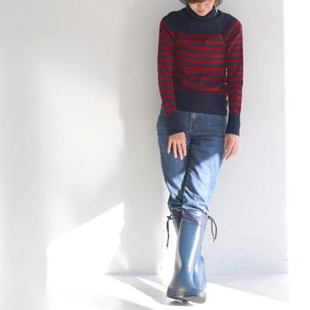 温かくて鮮やかなボーダーニットとデニムといった冬の定番スタイルも、足元はブーツの代わりにレインブーツを。 ブルーでまとめられた足元は、脚長効果もありすっきりまとまっていますね。