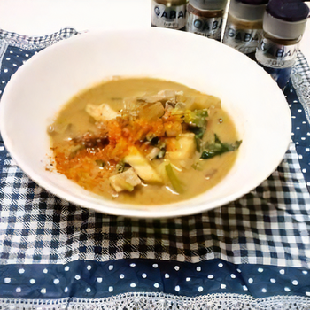 ちくわぶ、大根、豚肉などをジンジャーやシナモンといったチャイに使うスパイスで煮詰めてエスニック仕立てに。マイルドさを加える牛乳、コクを出す甜麺醤や味噌が使われているのも、このレシピのポイントです。スープの旨味を引き立てて存在感を発揮するちくわぶ!和食以外のレシピでも、お試しあれ。