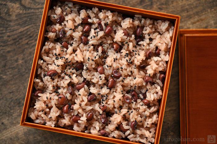 蒸し器で作るお赤飯は、炊飯器で作るお赤飯に比べると少し淡い色合いで、食感ももち米の粒感が残る仕上がりに。手間はかかりますが、本格的でこっくりおいしいお赤飯が食べたいときにおすすめです。