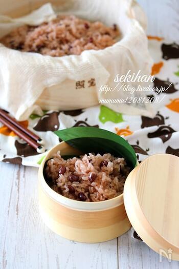 せいろで炊くことで雰囲気たっぷりのお赤飯。小豆のゆで汁は、おたまですくってボウルに流すのを数回くりかえすことで、発色がより鮮やかになります。