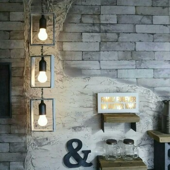 こちらの電球モビールは、セリアのアイテムだけで作られたもの。電球ペンダントライトや木製トレイを組み合わた、素敵なアイデアです。乾電池式でちゃんと灯りが点くところも◎日中はオブジェとして、夜は照明として活躍してくれます。