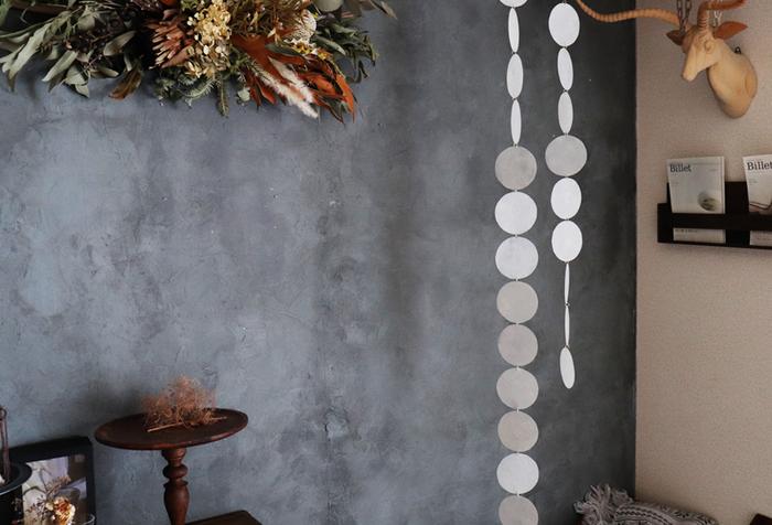 カピス貝風ガーランドはモビールのように飾ることができるアイテム。丸いパーツは、透明板をペイントすることで、透き通るような上品な光沢と質感を表現しています。シンプルなデザインなので、どんなインテリアにもにもマッチしそうです。