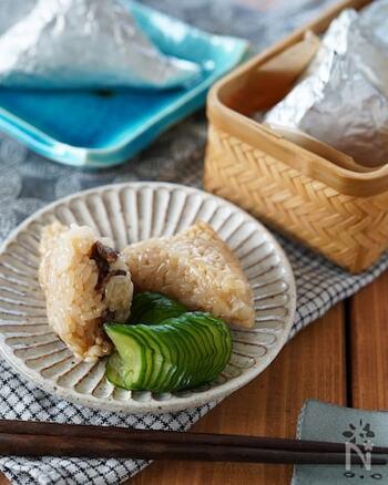 お子様も大人も大好きな甘辛い牛肉をもち米と混ぜ合わせ炒め、三角形にしたホイルに包みフライパンで蒸して作るちまきのレシピ。冷凍保存もできるので、食べ盛りのお子様のおやつにも。